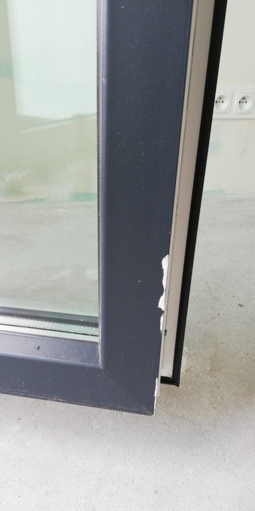 uszkodzenie ramy okna balkonowego